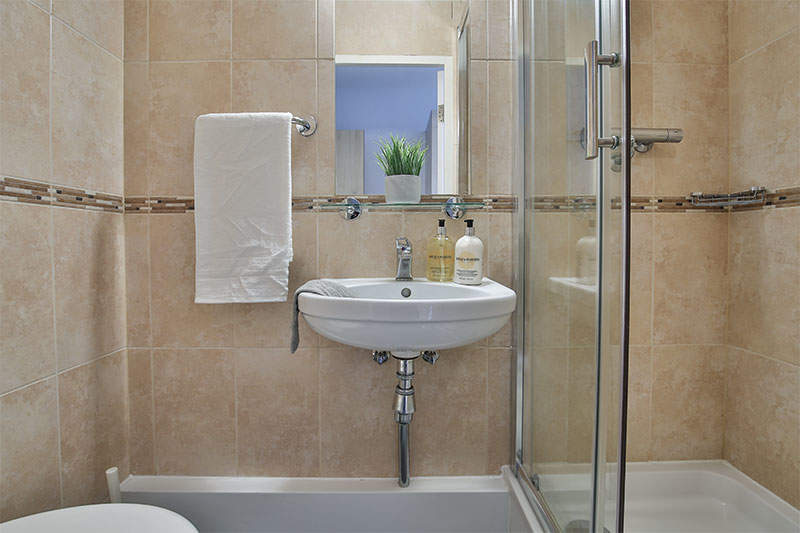 Iqparkerhouse_ensuitebathroom1_gallery