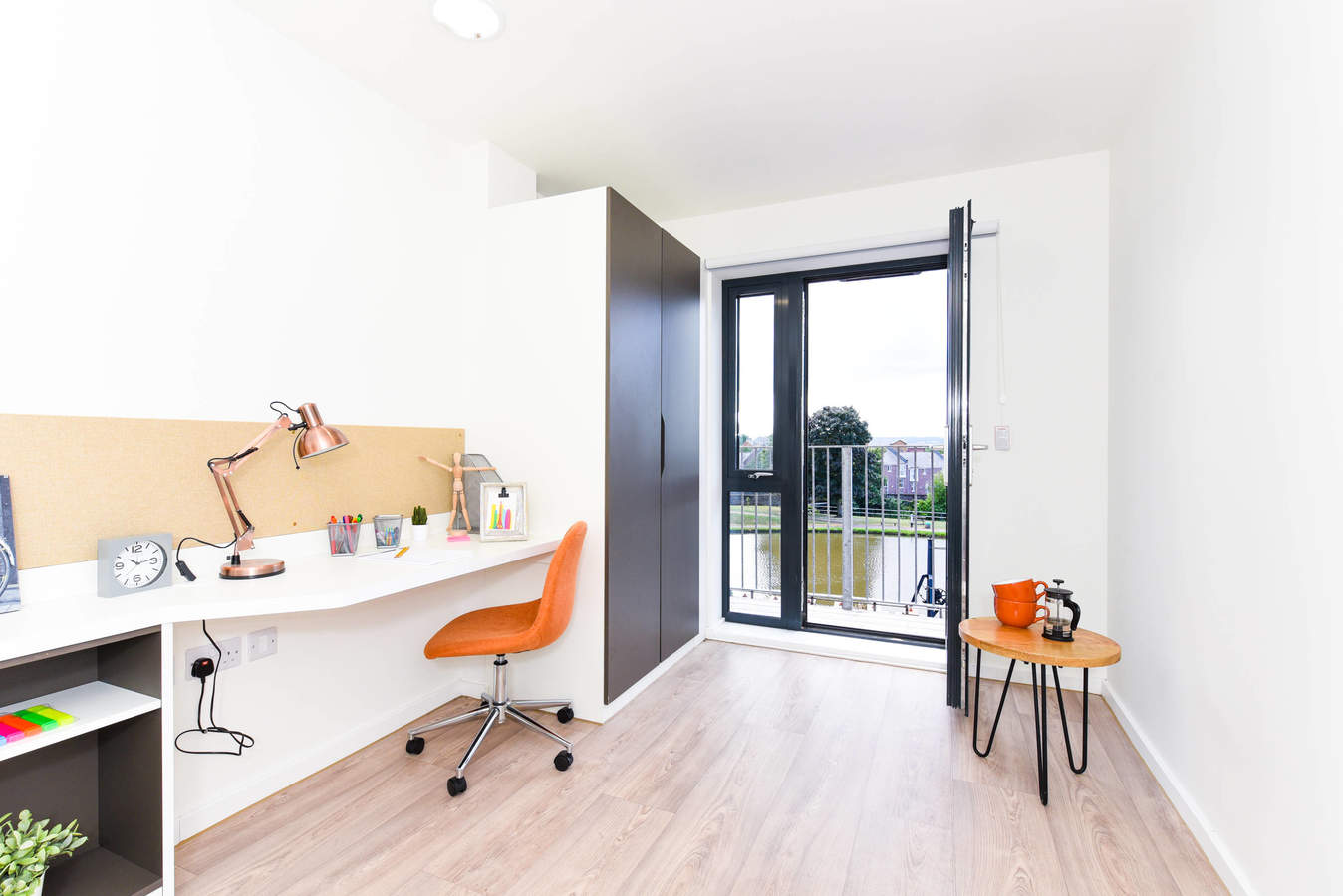Chester_-_towpath_-_ensuite_balcony-3_converted