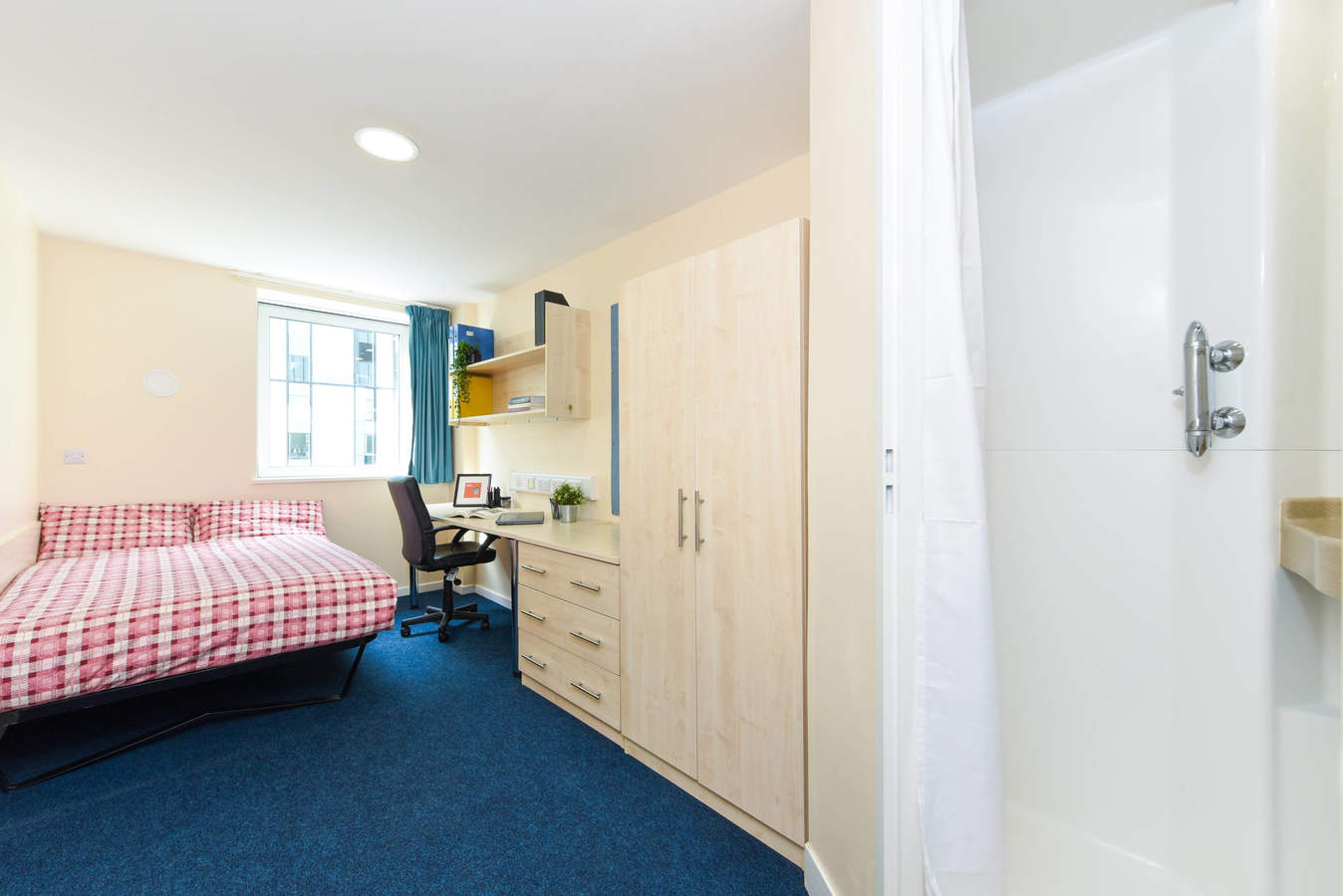 Nottingham_-_trinity_square_ensuite_9b_converted